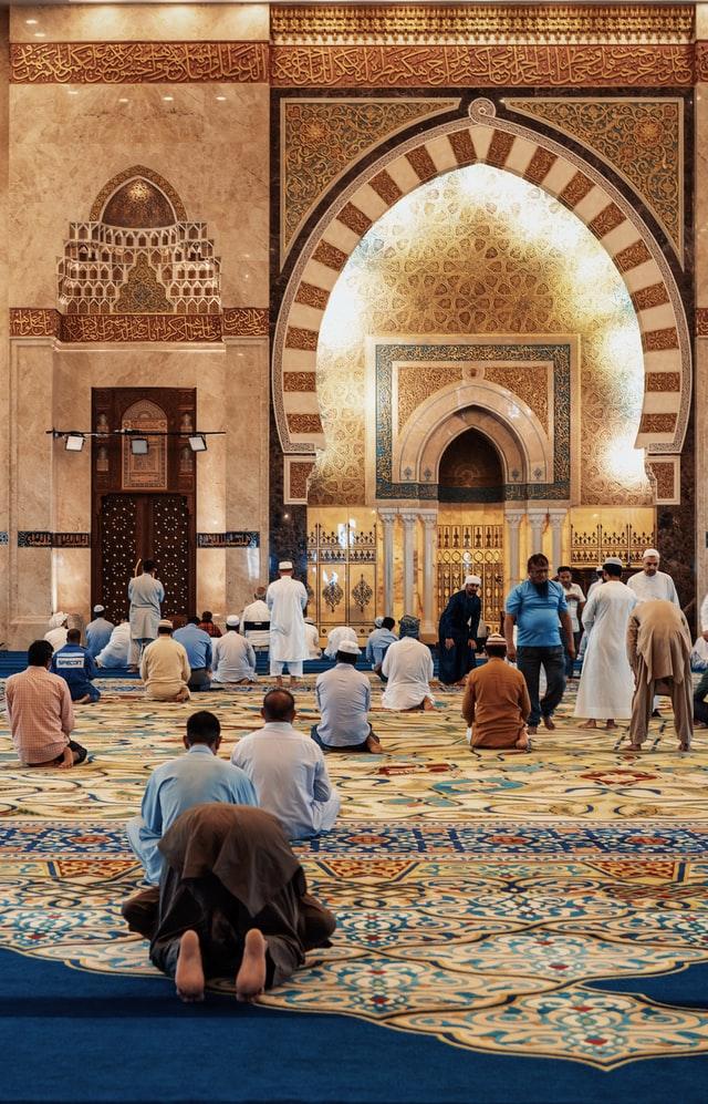 モスクでお祈りしている様子